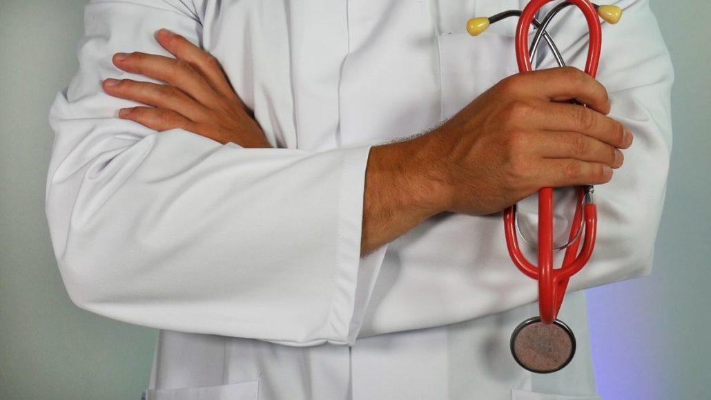 dottore in camice prevenire le piaghe da decubito